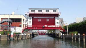 船上から眺めた小名木川の扇橋閘門